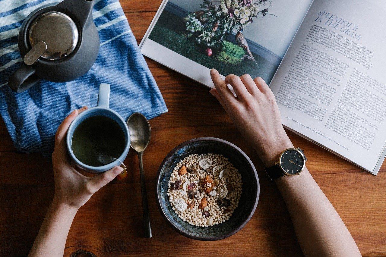 Eine Person frühstückt ein Müsli