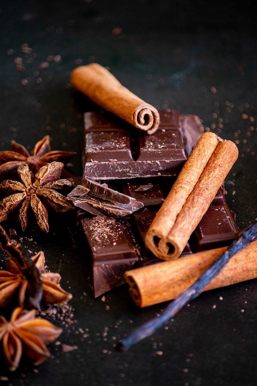 Schokolade mit Zimtstangen